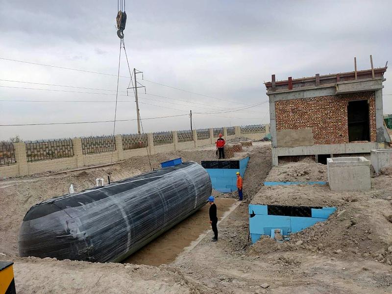 兰州凯萨诺玻璃钢一体化污水处理设备吊装现场3